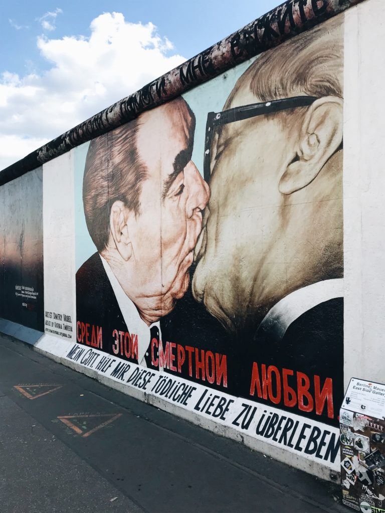 fresque baiser mur berlin allemagne