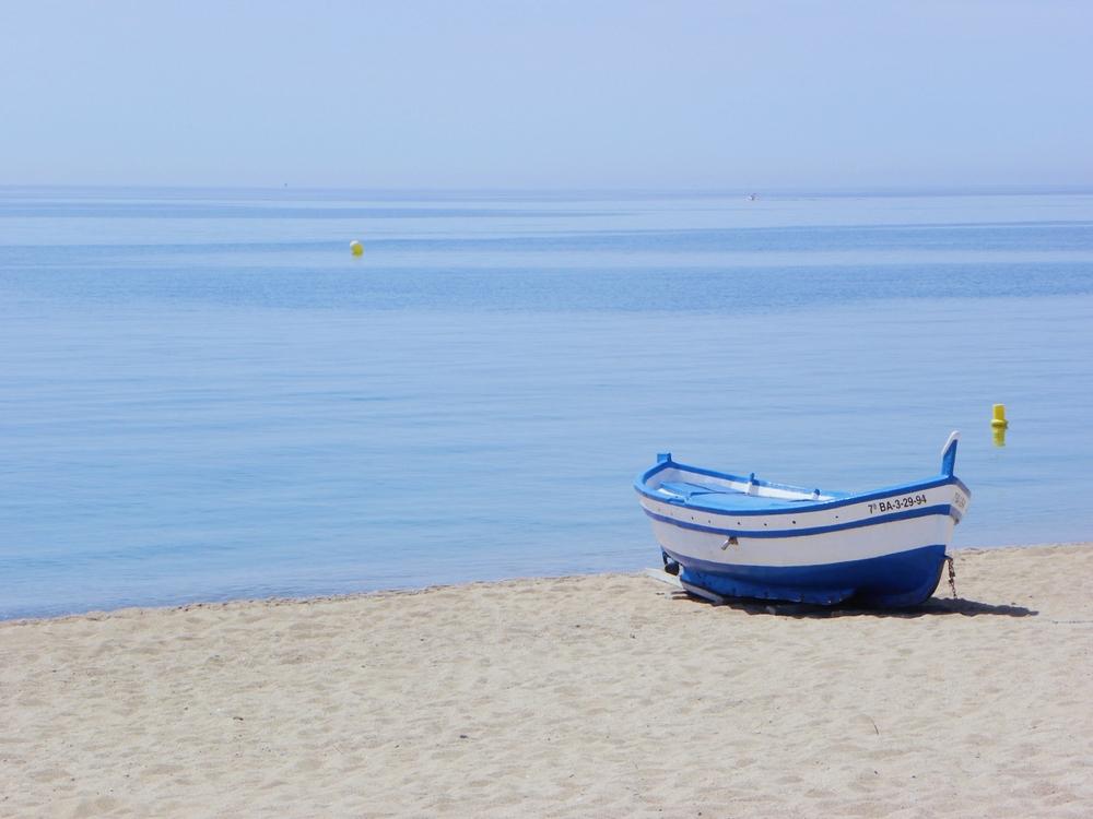plage barques pecheurs calella espagne